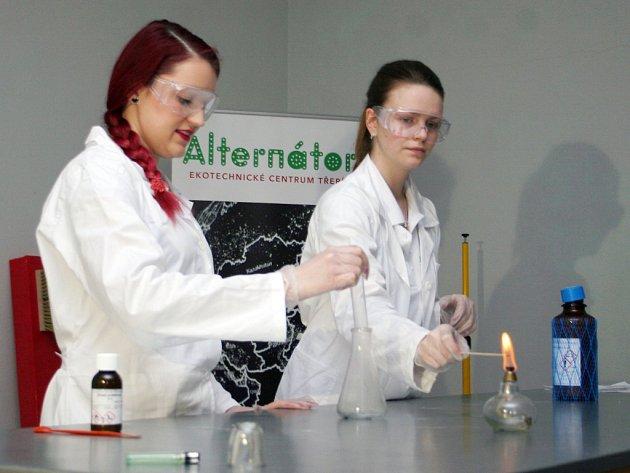 V Ekotechnickém centru Alternátor v pátek hořel oheň a bublaly chemikálie. Centrum představilo novinku ve svém programu, zábavné pokusy pro děti i dospělé.