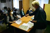 Pro účely fotografa se úkolu voliče zhostil předseda volební komise František Všetečka.