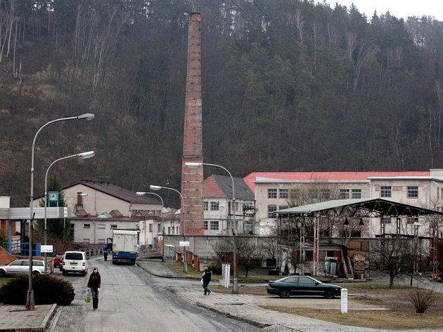 Komín v areálu náměšťské firmy, na který hasiči připevnili ochrannou síť.