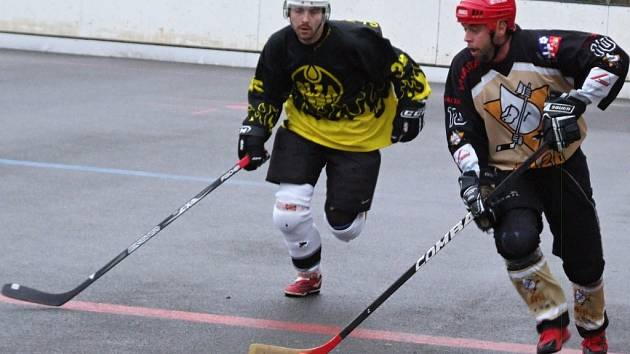 Slza Přibyslavice (vpravo) chce v novém ročníku Moravské hokejbalové ligy navázat na úspěšné jaro.