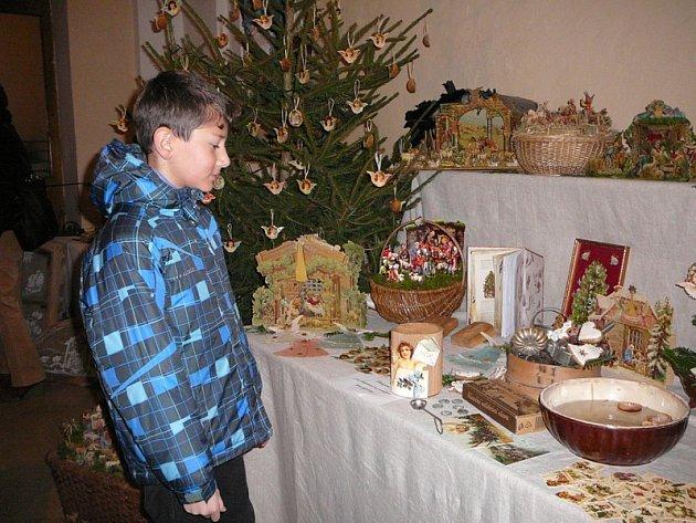 Výstava v budějovickém kostele nabízí divákovi jesličky vytvořené z nejrůznějších materiálů.