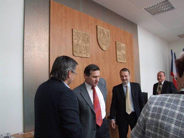 Ministr přijel varovat. Jiří Čunek včera v Moravských Budějovicích varoval ty, kteří čerpají evropské peníze. Blíží se kontroly z Bruselu a ty mohou znamenat konec projektů.