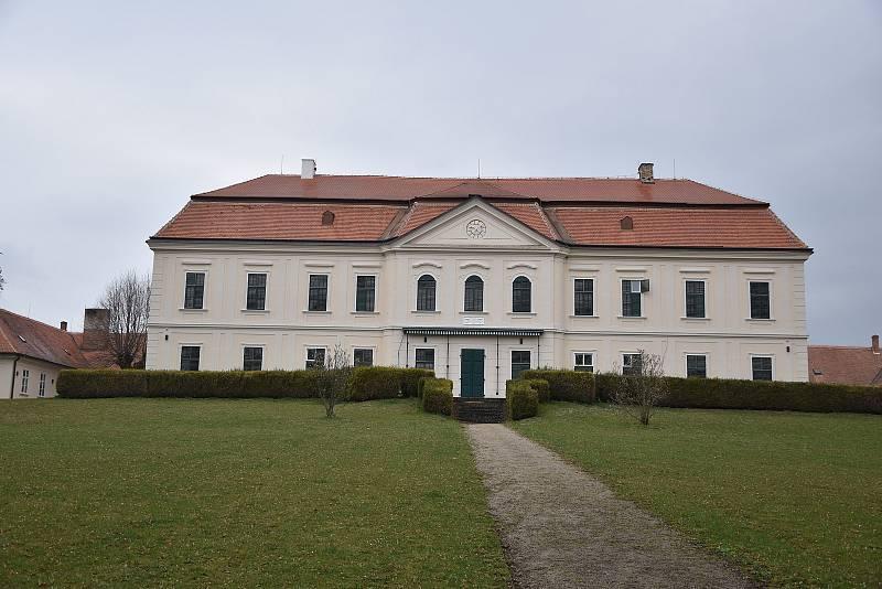 Zámek po revoluci získala do majetku obec. V roce 2015 se jí ho konečně podařilo prodat. Nyní to vypadá, že se obec Dukovany stane znovu majitelem.
