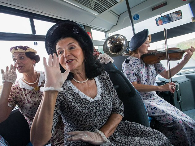 Violinofon a zpěv rozezvučel autobus plný Dukovaňáků, kteří jeli z práce