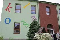 Setkání rodáků před školou ve Starči.