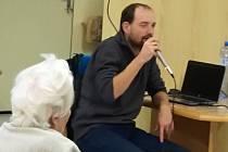 Velmi milá návštěva zavítala za seniory z Domova Manž. Curieových v Třebíči. Povídat si o své sportovní i životní cestě přišel Ondra Zmeškal.