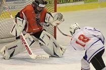 Mladší dorostenci Horácké Slavie (ve bílém) získali po bezbrankové první třetině v zápase proti B-týmu Pardubic klíčový náskok až po změně stran.