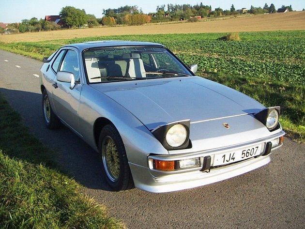 Porsche 924 Rostislava Fišera z Třebíče vozilo dříve i Bonna Scotta z proslulé hardrockové skupiny AC/DC.