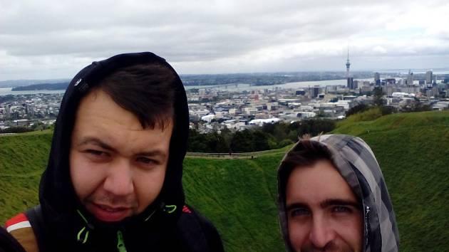 Lukáš Mandát (vlevo) a Stanislav Pešl se v těchto dnech nachází v novozélandském městě Opotiki.