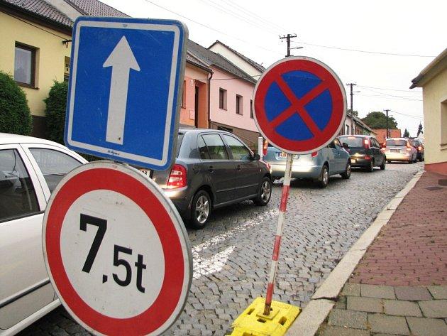 Od úterý musí řidiči v Třebíči počítat s další uzavírkou. Neprůjezdná je pro ně v obou směrech silnice Nádražní.
