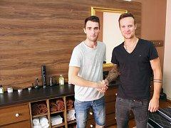 Barber Shop v Třebíči. Vlevo Jakub Jež, vpravo Radim Dostál.