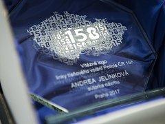 Studentce Obchodní akademie a Hotelové školy Třebíč Andrei Jelínkové přijel předat ocenění František Habada, vedoucí Operačního odboru Policejního prezidia ČR, a jeho kolegové.