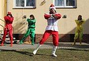 Tradičně velkolepý byl také letos masopust v Rokytnici nad Rokytnou. Nechybělo tradiční představení v sokolské zahradě. Poté průvod masek vyrazil po sousedech.