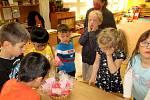 Srdíčka s láskou darované. Děti společně s učitelkami vyrobily nádherné dárky