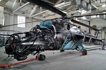 Vrtulník, který má na sobě kamufláž vetřelce, nyní opravují ve státním podniku LOM v Praze.