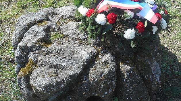Zbytek pomníku Jeana Boudeta v Moravských Budějovicích. Podstavec byl hrubě opracovaný, aby připomínal kopeček sestavený z kamení. Do válcové díry býval zasunutý kříž.