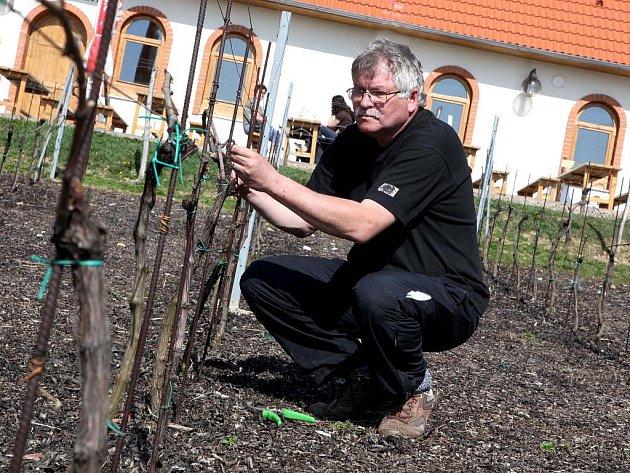 Lubomír Lampíř ukáže, jak provádět řez.