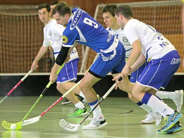 """Třebíčští florbalisté (v modrém) ze sedmi domácích zápasů dokázali zvítězit pouze dvakrát, ve zbylých pěti případech odcházeli ze hřiště poraženi. """"Věřím, že už konečně dokážeme zvítězit,"""" přeje si trenér Sniperů Michal Pazderník."""