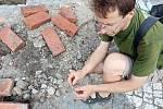 Archeolog Milan Vokáč ukazuje úlomek starého hrnce.