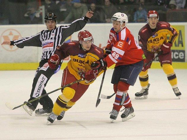 Lukáš Havel (na snímku vpravo) naháněl soupeřům strach především svými ofenzivními schopnostmi, zároveň však loni patřil k nejtrestanějším hráčům Třebíče.