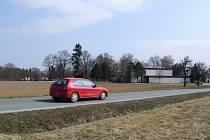 Menší market jednoho z obchodních řetězců by měl do konce  roku vyrůst u hřbitova na okraji Jaroměřic. Jeho parkoviště bude mít kapacitu asi  padesát parkovacích míst, budou je moci využít i lidé, kteří půjdou na pohřeb.