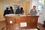 Velký zájem byl o nově otevřené lesonické Muzeum lidových kapel. Expozici si do tamního zámku přišlo jenom v sobotu prohlédnout více než dvě stovky návštěvníků.