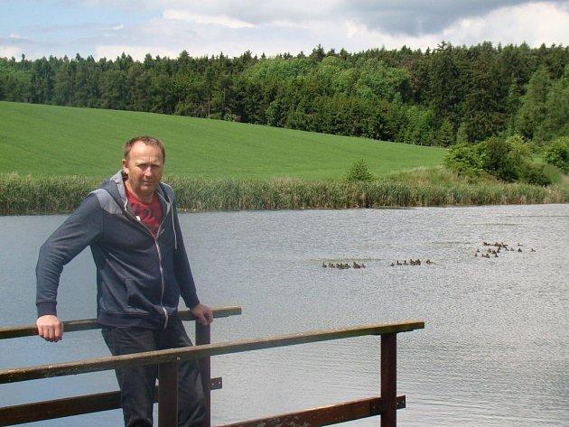 Starosta Šebkovic Josef Holčapek u jednoho z rybníků, který se v obci v posledních letech vybudoval. I za tento počin získala obec zelenou stuhu.