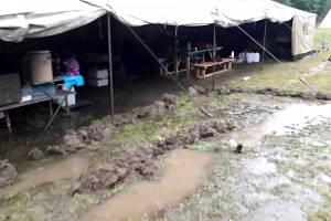 V pondělí dopoledne hasiči po dohodě s vedením Libice nad Doubravou evakuovali letní tábor v Libické Lhotce na Havlíčkobrodsku. Řeka Doubrava nastoupala k prvnímu povodňovému stupni.
