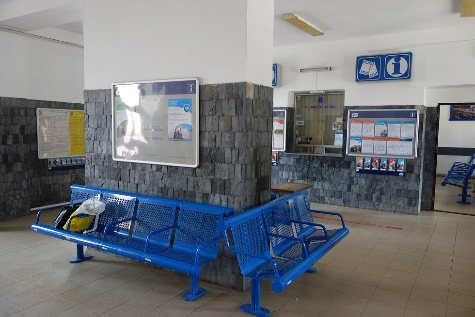 Vlakové nádraží v Třebíči. Prostor výpravní haly s okénky, kde se kupují jízdenky.