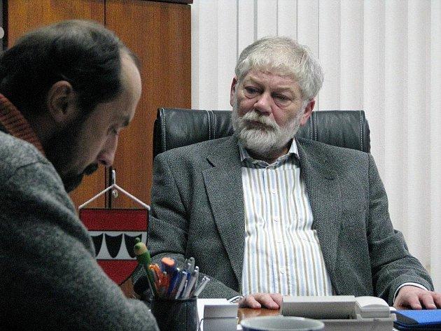 První ranní schůzku má starosta naplánovanou s ředitelem oblastní charity Petrem Jaškem.