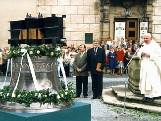 Na nádvoří třebíčského zámku křtili zvon pro baziliku svatého Prokopa.