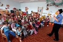Jak správně přejít přes přechod, důležitá telefonní čísla, či jak se zachovat při zranění nebo požáru se ve středu hravou formou dozvěděly děti z MŠ Bartuškova v Třebíči.