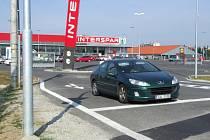 Zákazníci se dočkali přímé cesty k Intersparu. Zatím bez zapnutých semaforů.
