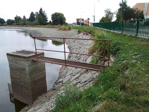 Populární rybník Kuchyňka patří neodmyslitelně k Třebíči. Plavci a ryby v jeho vodách si ale nemusí vždy rozumět.