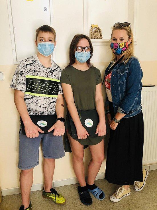 Do brněnského dětského domova přivezla Linda Hurdová (první zprava) dva notebooky