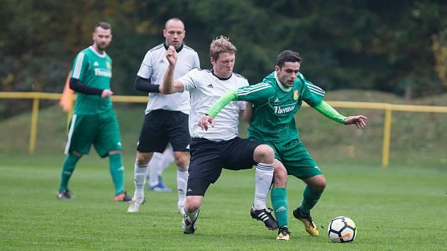Fotbalisté Rapotic (v zeleném) jsou v pohárovém souboji s Kouty favoritem zápasu.