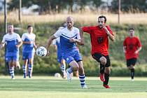 Fotbalisté Koutů (v červených dresech) by na jaře rádi proháněli aspiranty postupu do krajského přeboru.
