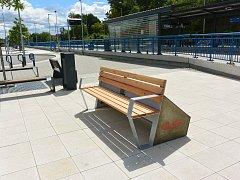 Chytrá lavička na dopravním terminálu v Třebíči.