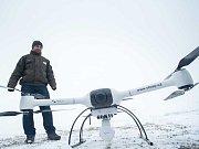 Nové měřiče radioaktivity se podvěšují pod dron.