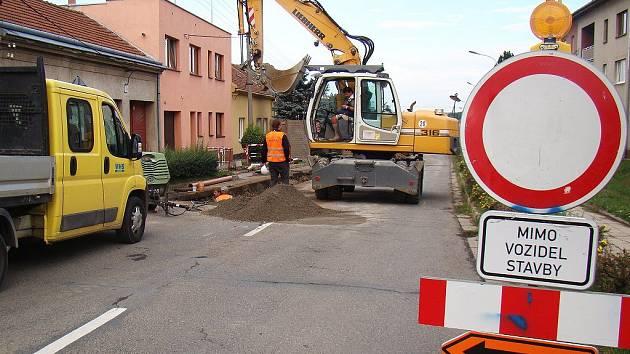 Řidiči projíždějící Moravskými Budějovicemi se v těchto dnech setkávají se zákazovými a příkazovými značkami častěji než jindy. V několika ulicích se opravuje kanalizace, a projet městem bez zdržení je téměř nemožné.