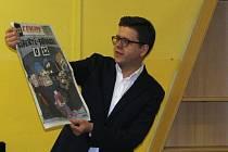 Na přednášce v zaplněném sále Městské knihovny Třebíč ukazoval Bohumil Vostal návštěvníkům reakci francouzských novin a časopisů na tragické pařížské události.