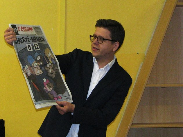 Na přednášce v zaplněném sále Městské knihovny Třebíč ukazoval Bohumil Vostal návštěvníkům reakci francouzských novin a časopisů na nedávné tragické pařížské události.