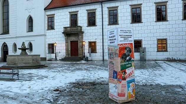 Výstava plakátů propagující zdravý životní styl v Muzejním výdejním okýnku v Třebíči.