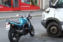 Spolujezdkyně řidiče této motorky odnesla havárii zraněním.