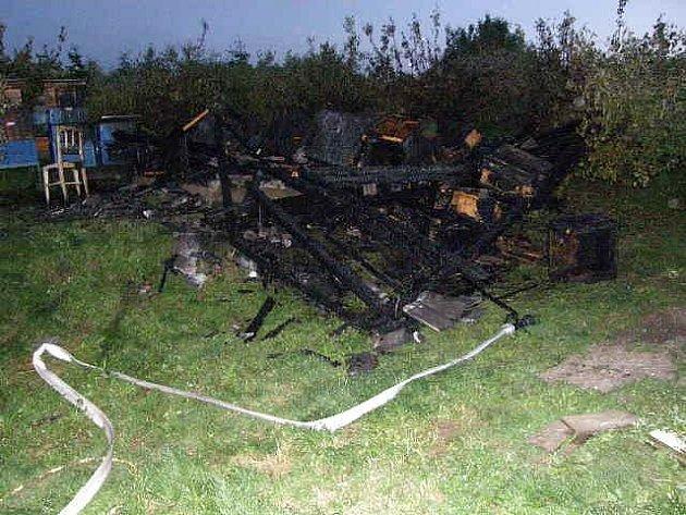 Včelín v hodnotě 40 tisíc korun lehl popelem ve čtvrtek večer v Jemnic.