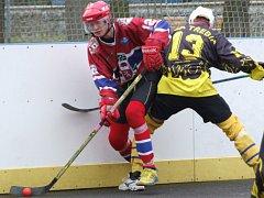 Třebíčští hokejbalisté (v černém) smazali manko v Jihlavě, ale z půdy favorita nakonec odjeli s prázdnou.