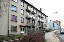 Dům v Janáčkově ulici nemá dobrou statiku, je vlhký a ve zdech jsou praskliny.