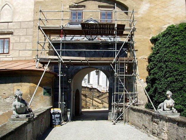 Na náměšťském zámku se opravuje i vstupní portál.