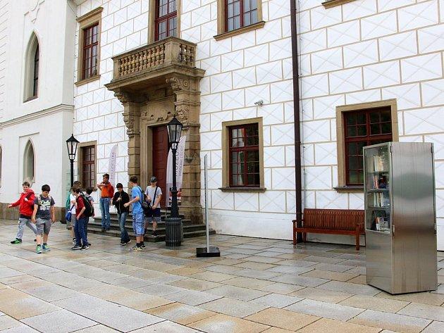 Vitrína s knihami na nádvoří třebíčského zámku.