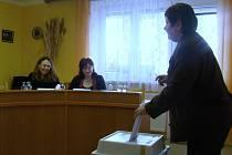 Lidé ve Slavěticích hlasují o postoji obecní samosprávy k rozvoji JE Dukovany. Vedení obce totiž přislíbilo, že se bude výsledkem referenda řídit.